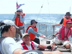 7月30日のエンジョイ・セーリング・デイには45人の方々が参加。写真は協力艇デルフィナの艇上の様子