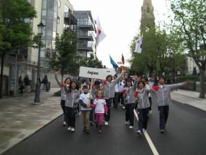 選手たちはダブリンの街をパレードして開会式会場に向かいます