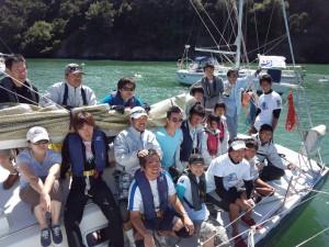 レグラス艇上で記念撮影。このヨットを管理するSVSCの皆さんは、東日本大震災が発生した直後から募金活動を始めるなど、被災した日本人セーラーに対して多大な支援を行っていただいている