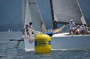 お祭りレースの「タモリカップ」での優勝は逃したものの、「パフォーマンス賞」を勝ち取ったのは、なんとスパーレース艇「カラス」でした