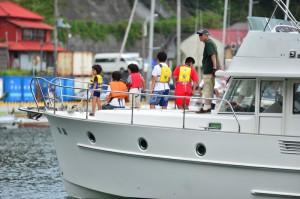 島の子どもたちに体験乗船を楽しんでもらっています