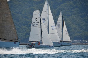 50ftから18ftの81艇が同時にスタート。夏の駿河湾にヨットの白い帆がこんなにたくさん集まるのは「タモリカップ」ならではの光景となりました