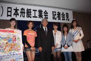 海コト応援隊、ミス日本海の日が参加した記者会見。中央は梶川隆・日本舟艇工業会会長