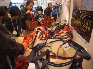 セールをリサイクルして作ったトートバッグが人気です。JSAFブースにて