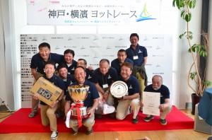 神戸・横濱ヨットレース優勝のTREKKEEチーム(撮影/レース実行委員会事務局)