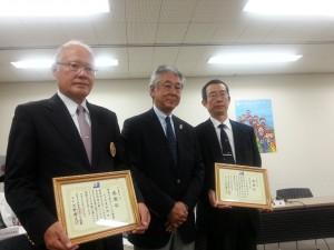 昨年度のメンバーを増やし表彰を受けた神奈川県セーリング連盟の代表(左)と外洋南九州の代表(右)。中
