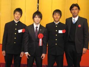 日本スポーツ賞大賞を受賞した体操の内村航平選手と記念写真。左から有岡選手、内村航平選手、小泉選手、