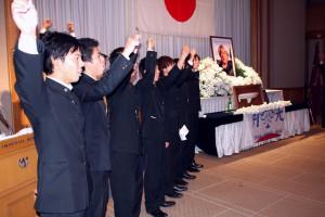 個人の出身校早稲田大学の校歌を唄う現役学生たち