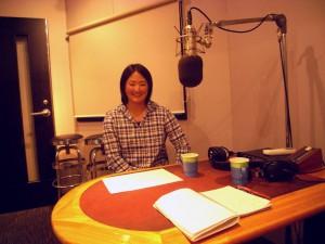 スタジオでディンギーについて話す冨部選手